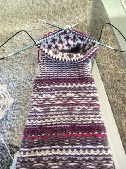 Nurinpäin neulottu pitkä sukka